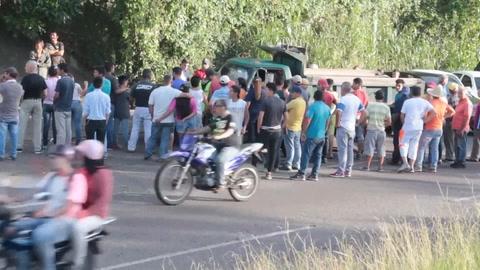 Venezolanos viven calvario para conseguir gasolina en frontera
