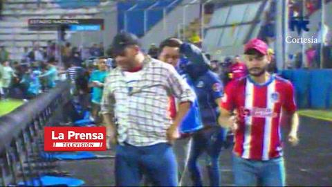 Video: Aficionados del Olimpia y Motagua invadieron el césped del estadio Nacional tras gases lacrimógenos