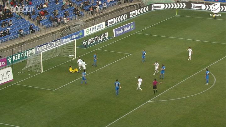 Kilas balik: Adam Taggart Cetak Gol Pertama Bagi Suwon