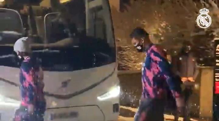 Los jugadores del Real Madrid, bajo la nieve de camino a El Sadar