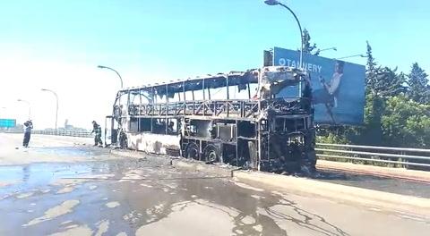 Un micro fue devorado por las llamas en el viaducto Avellaneda