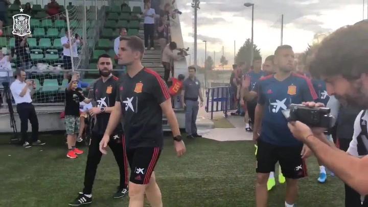 Robert Moreno y los suyos llegan al entrenamiento de la Selección
