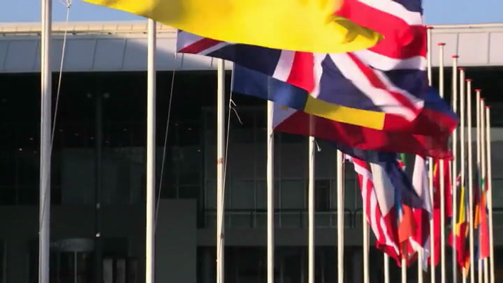 Video: Negentien nationale vlaggen halfstok bij RAI