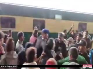 وفاقی وزیر ریلوے شیخ رشید پر شہری نے انڈے پھینک دیے