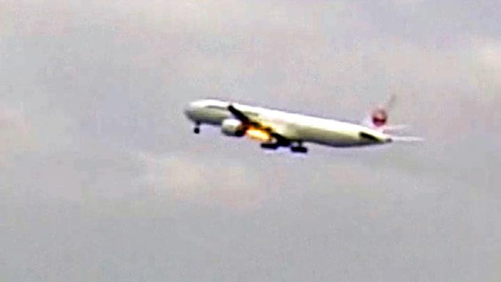 Like etter takeoff spyr det flammer ut av flyet