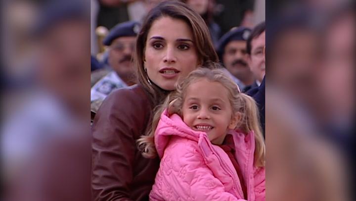 Rania de Jordania comparte un emotivo vídeo con imágenes inéditas para felicitar a sus hijas Salma e Imán