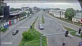 Familia que viajaba en moto vuela por aire tras ser impactada por vehículo