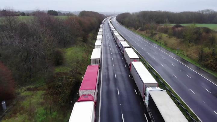 Miles de camioneros quedaron atrapados en la frontera entre Reino Unido y Francia, cuando se suspendió el tráfico a causa de la nueva cepa de coronavirus