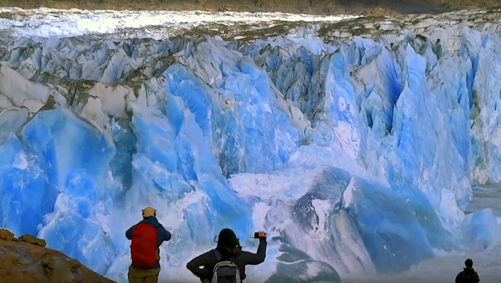 Plutselig kalver isbreen foran turistene