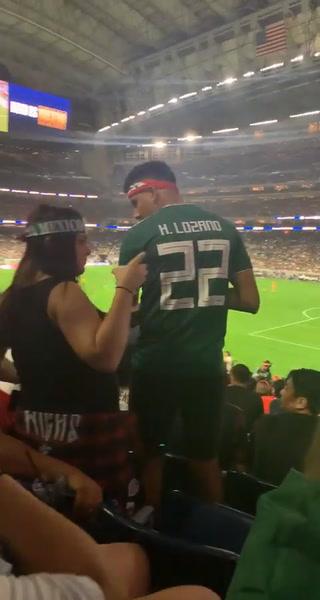 La pelea dos aficionados mexicanos durante partido de Copa Oro con una chica de por medio que grita pidiendo auxilio