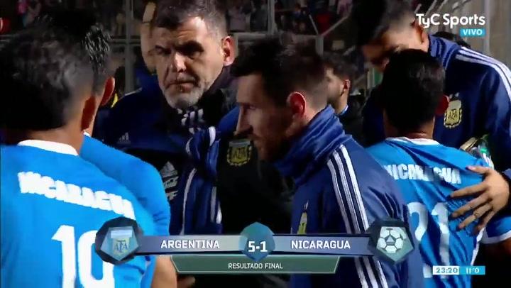 Los jugadores de Nicaragua 'locos' por hacerse la foto con Messi
