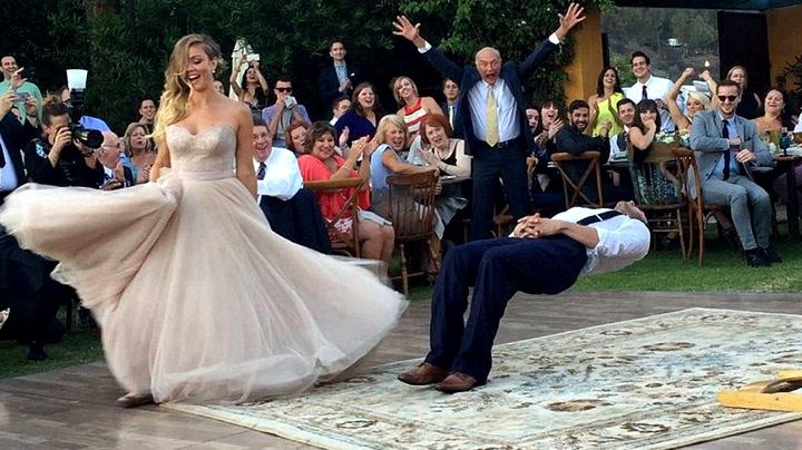 Nygift brudepar ga gjestene hakeslepp