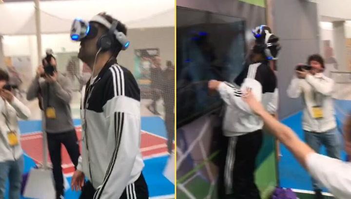 Felipe Reyes se estampa mientras juega con una gafas de realidad virtual