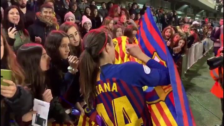 Las jugadores del Barça celebran con la afición la victoria ante el LKS noruego