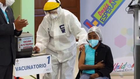 Vacunación contra covid-19 desata pugna política en Bolivia