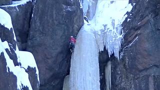 Henger fra en gigantisk isblokk. Så faller den ned