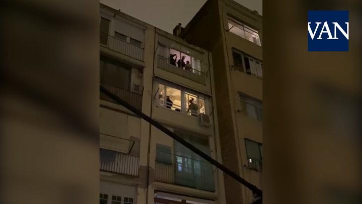 Una soprano canta el aria de Puccini 'Un bel di vedremo' para sus vecinos confinados