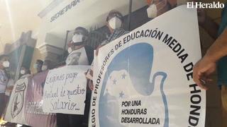 Colegio de profesores realizan plantón en Secretaría de Finanzas