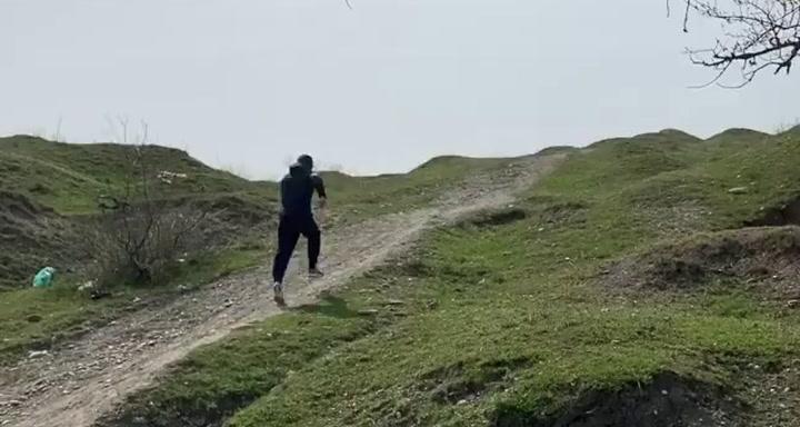 Khabib Nurmagomedov entrena estos días en Daguestán ante la imposibilidad de salir de su país