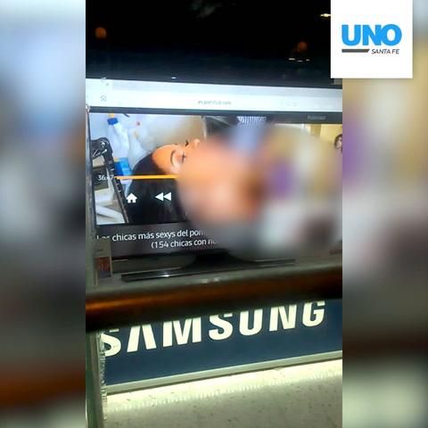 Televisores con pornografía en la vidriera de un comercio de la peatonal San Martín