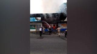 Voraz incendio arrasa con varios comerciales en San Pedro Sula