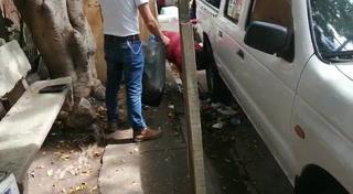 Fotógrafo de El Heraldo recoge basura en las afueras de Medicina Forense