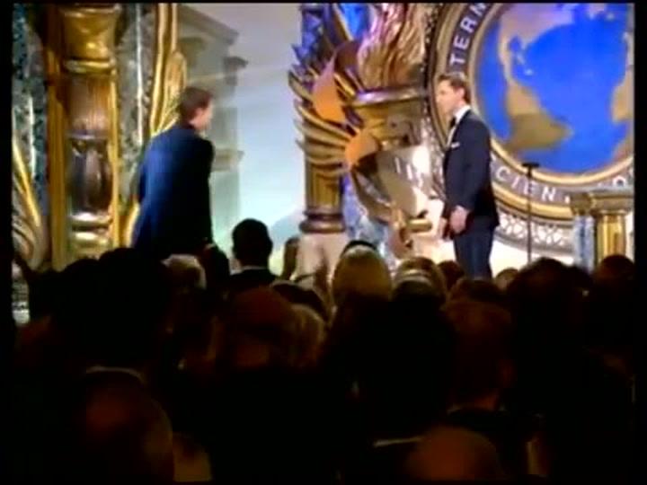 Tom Cruise acepta un Premio de la iglesia de la Cienciología en 2004