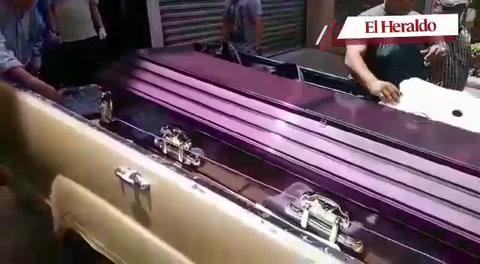 Retiran restos de tercera víctima de masacre dentro de un bus en la aldea El Tablón
