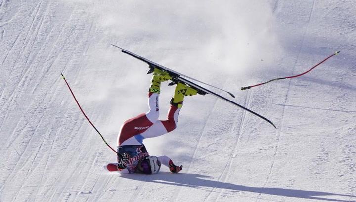 Terrible accidente a 140 km/h de un esquiador   que impacta contra la pista de la peor manera