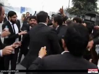 وکلا کا صوبائی وزیراطلاعات فیاض الحسن چوہان پر تشدد