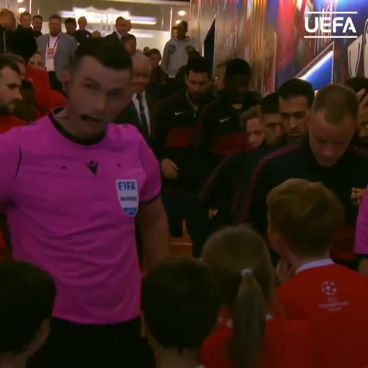 Messi desató la locura de los niños en el túnel de vestuarios