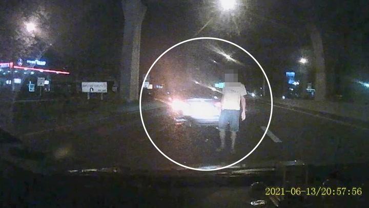หนุ่มสุดงง ขับรถเจอเก๋งเมาขับส่ายแซงปาด เบรกให้ชนท้าย