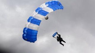 Así fue el descenso del show de los paracaidistas de Honduras