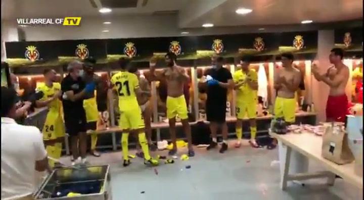 Ovación a Bruno Soriano en el vestuario del Villarreal