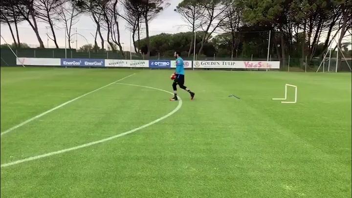 Ospina se ejercita en el entrenamiento del Nápoles