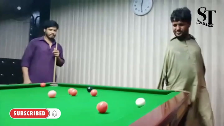 Muhammad Ikram juega al Snooker con la barbilla