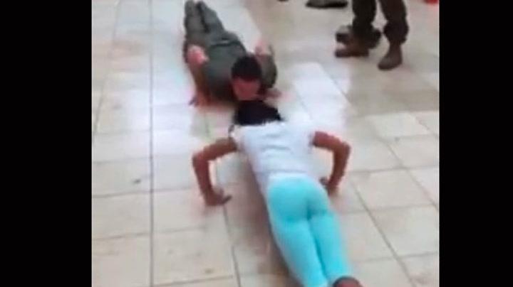 Liten jente danker ut soldat i push-ups