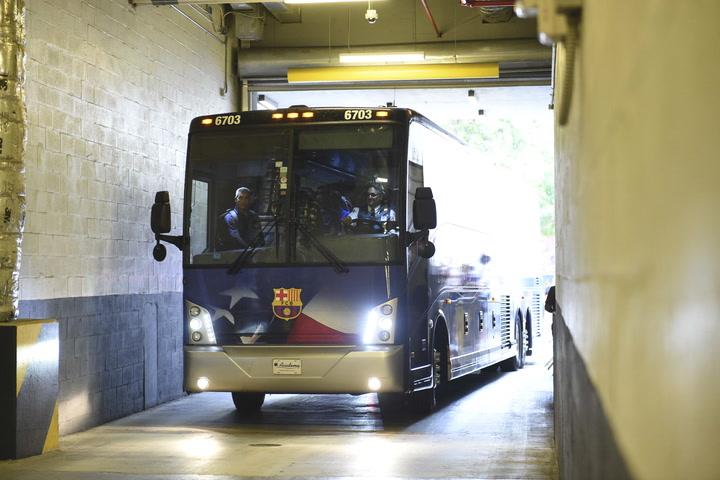 El autocar del Barça llega al hotel de concentración