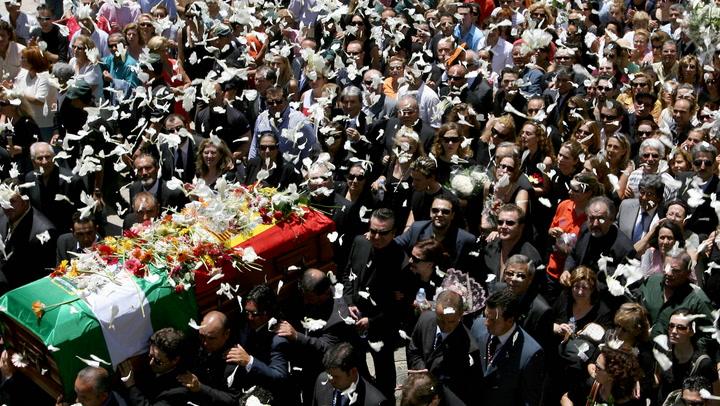 Del dolor de la familia a la multitudinaria despedida en Chipiona: así fue el último adiós a Rocío Jurado