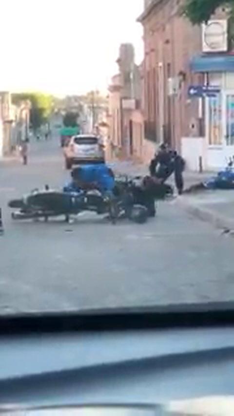 Viralizan un video en el que dos policías quedan en ridículo