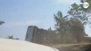 Vehículo cae en hondonada y casi provoca una tragedia en Omoa