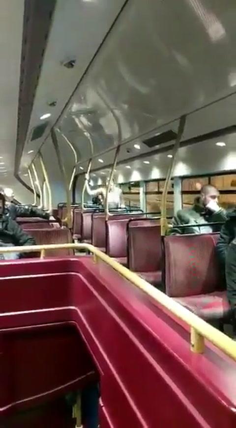 Tuvieron sexo en el colectivo y acabaron aplaudidos