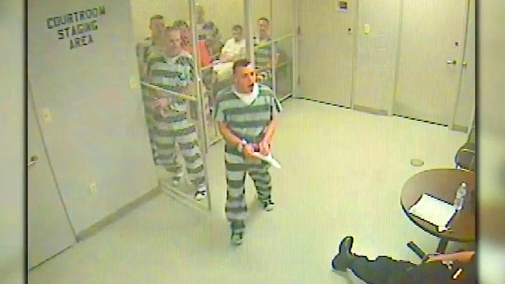 Fengselsvakten faller om – da bryter fangene seg ut