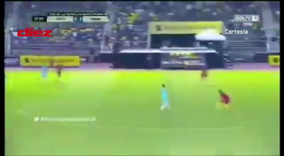 ¡El mundo enloquece! Bellísima árbitra brasileña y su trole a un futbolista