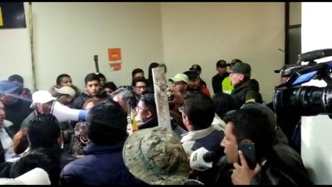 Opositor boliviano que busca forzar renuncia de Morales asediado en aeropuerto