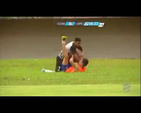 Pierde el partido sobre la hora y le da una brutal golpiza al alcanzapelotas