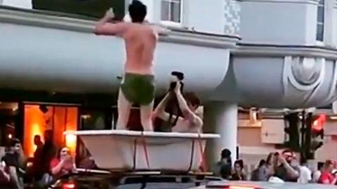 Hinchas rusos pasean por el centro de Moscú en una bañera montada en un auto