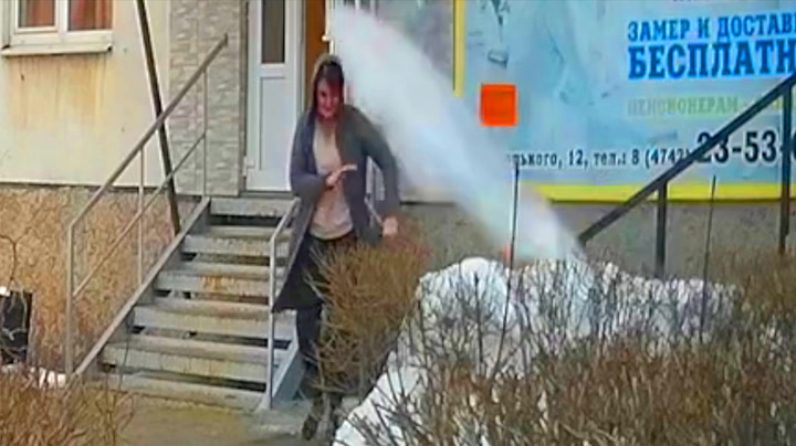 Kvinne unnslipper gigantisk isflak med et nødskrik