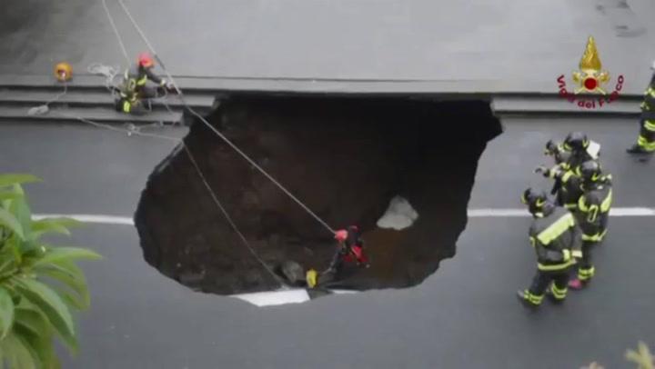 Sinkhole slokt auto op