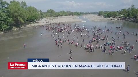 Migrantes cruzan en masa el río Suchiate en la frontera con México